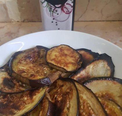 פרוסות חציל אפויות עם השמן בטעם בצל